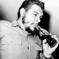 """El Ché Guevara bebiendo """"Coca Cola"""""""