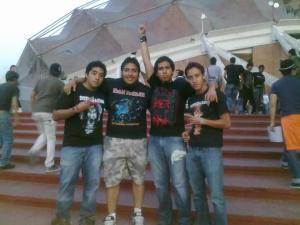 Con mis hermanos y el Rod. Afuera del Palacio de los Deportes previo al concierto.