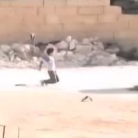 Niño sirio rescata a una niña durante un tiroteo