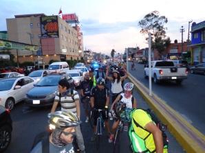 Aproximadamente 60 compañeros ciclistas durante la Rodada de la Maldición del Rock y Ruedas que duró toda la noche
